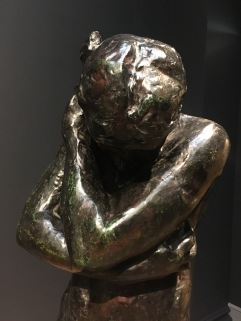 """Essas peças são, respectivamente, as representações de Adão e Eva, envergonhados pelo pecado cometido (!). Foram criados originalmente por Rodin para acompanhar a sua obra """"Porta do Inferno"""", inspirada pela Divina Comédia de Dante (hoje exposta em Paris)."""