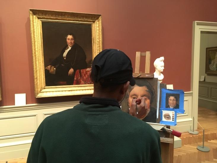 """Passeando pelo Met, você pode cruzar com artistas como esse, que fazem cursos aqui, e vivem essa experiência de produzir réplicas de frente para a pintura original! Tinha um cartaz ao lado dele dizendo """"Por favor, não me interrompa, tenho um tempo limite de tempo para finalizar essa peça"""". Legal, né?"""